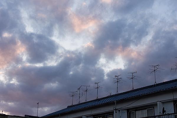 アパートのアンテナと夕焼け空