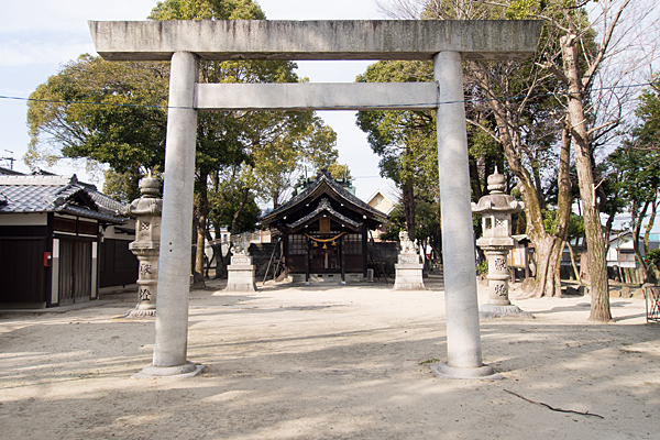 六所神社鳥居と拝殿