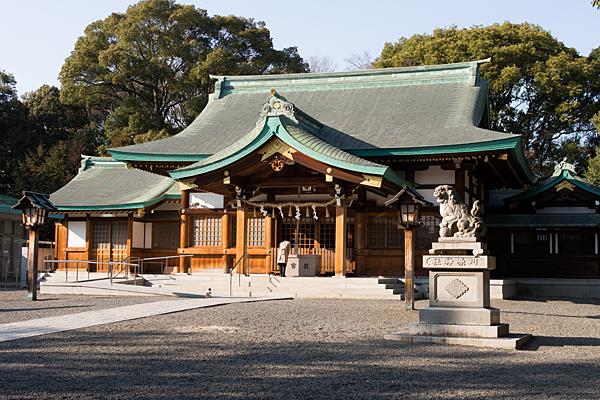 川原神社拝殿と参拝風景