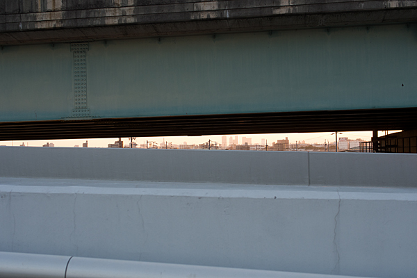 高架の隙間風景