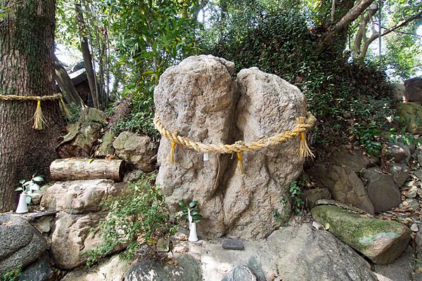 星宮社石を祀る