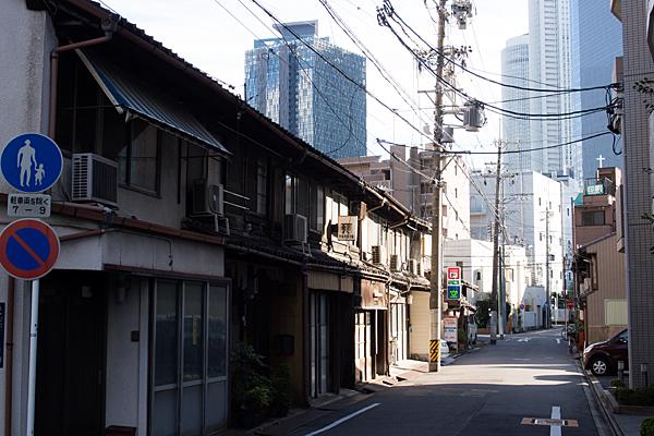 名駅ビル群と長屋の風景