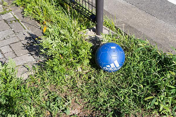 道ばたのサッカーボール