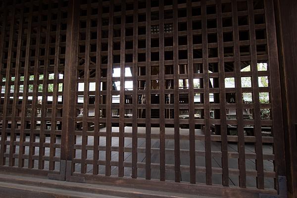 比良六所神社拝殿から本殿をのぞき見る
