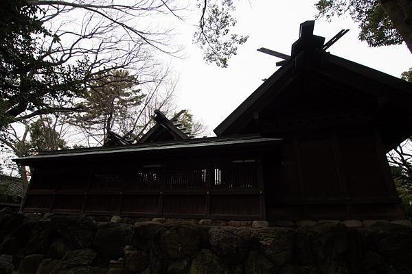比良六所神社社殿横から