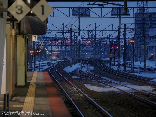 架線柱を圧縮(朝の苫小牧駅より撮影)