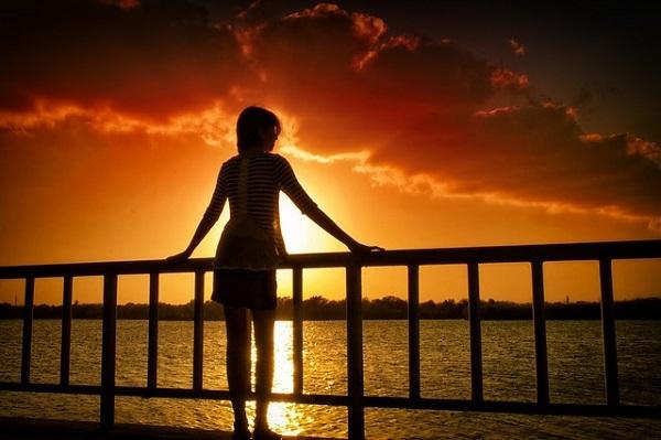 フリー画像・夕焼けを見つめる女