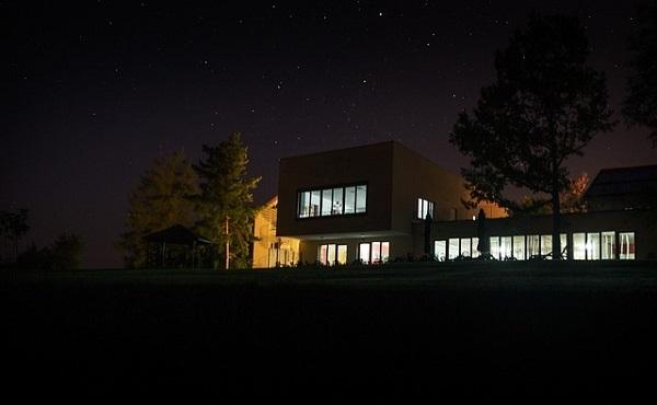 フリー画像・闇に浮かぶ窓