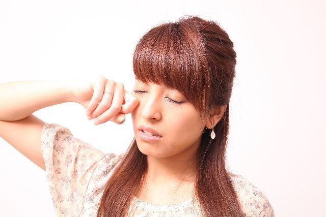 眠くなると、思わず目をこすってしまうのは何故?