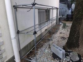 グラグラするパイプ花台を少し補修して壁面に立てかけて何とか使います。2017.04.07