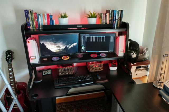 PC_Desk_MultiDisplay89_93.jpg