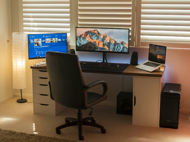 PC_Desk_UltlaWideMonitor17_96.jpg