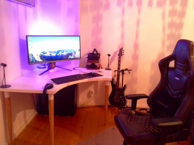 PC_Desk_UltlaWideMonitor18_83.jpg